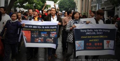 Le Anh Hung (centre, white shirt) at an anti-China demonstration in Hanoi (Photo: Facebook Nguyen Lan Thang)