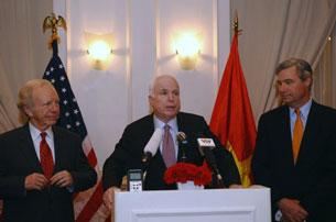 Thượng nghị sĩ Hoa Kỳ John McCain (giữa) tại một cuộc họp báo nhân chuyến thăm Hà Nội vào ngày 19 tháng 01 năm 2012.AFP PHOTO / HOANG DINH Nam