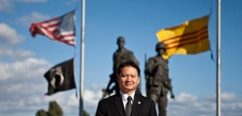 Tri Ta, người Mỹ gôc Việt đầu tiên được bầu làm thị trưởng thành phố tại Hoa Kỳ, đứng trước Đài tưởng niệm chiến tranh VN, Westminster, CA. Nov. 9, 2012. Allen J. Schaben/Los Angeles Times