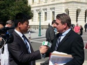 Phóng viên Vũ Hoàng phỏng vấn DB Chris Smith trước Quốc Hội Hoa Kỳ sáng 10/4/2013 - RFA photo