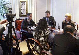 Ông Daniel Baer (ngoài cùng bên trái) Trợ lý Ngoại trưởng đặc trách Dân chủ Nhân quyền và Lao động của Hoa Kỳ trong một cuộc họp báo tại Hà Nội ngày 12 tháng 4 năm 2013. AFP PHOTO