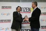 Blogger Huỳnh Ngọc Chênh (T) nhận giải thưởng NETIZEN năm 2013 từ Tổng giám đốc RSF, Christophe Deloire, vào ngày 12 Tháng 3 năm 2013 tại Paris.AFP Photo