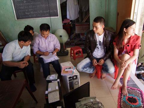 Chính quyền đang tịch thu máy tính tại nhà ông Tuấn (ảnh của Huỳnh Ngọc Lễ)