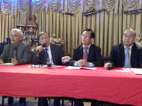 Từ phải, TS Lê Minh Nguyên, TS Nguyễn Thanh Trang, TS Nguyễn Bá Tòng, và GS Đỗ Anh Tài trên bàn thuyết trình trong buổi họp báo tại CLB Văn Hóa & Báo Chí. (Photo VB)