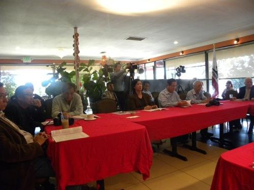 Quang cảnh trong cuộc họp báo với sự tham dự của giới truyền thông Việt Ngữ Quận Cam. (Photo VB)