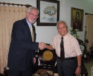Đại sứ Hoa Kỳ David Shear và Bác sĩ Nguyễn Đan Quế, tại tư gia của BS Quế ở Sài Gòn hôm 17/08/2012.