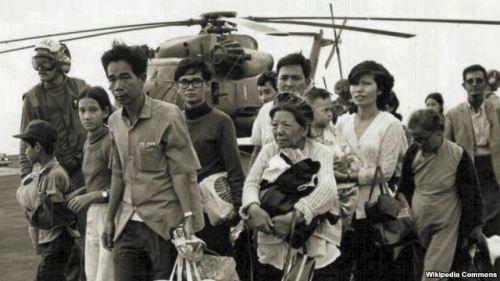 Những người Việt Nam tị nạn đi qua một chiếc tàu Hải quân Mỹ; Operation Frequent Wind là cuộc rút quân cuối cùng ở Sài Gòn ngày 29/4/1975. (Ảnh tư liệu của chính phủ liên bang Mỹ)