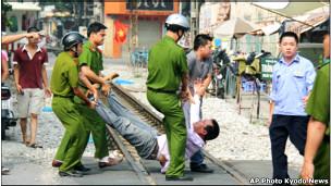 Kỹ sư Nguyễn Chí Đức 'nổi tiếng' trong bức hình bị công an 'khiêng qua đường tàu' khi biểu tình 'chống Trung Quốc'
